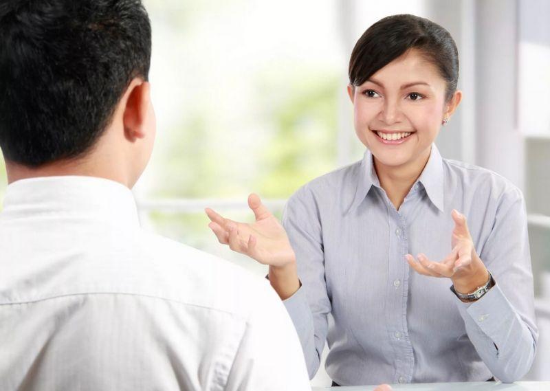 Девушка общантся с мужчиной